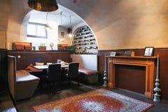 彼得斯堡,俄罗斯- 2017年6月30日:一个舒适咖啡馆的内部在房子的地下室的 库存照片