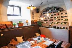彼得斯堡,俄罗斯- 2017年6月30日:一个舒适咖啡馆的内部在房子的地下室的 库存图片