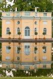 彼得斯堡,俄罗斯- 2017年6月29日:上部公共浴室亭子和镜子池塘在凯瑟琳公园 Tsarskoye Selo是Stat 免版税库存图片