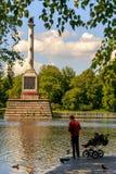 彼得斯堡,俄罗斯- 2017年6月29日:在伟大的池塘的Chesme专栏在凯瑟琳公园 Tsarskoye Selo是状态博物馆 免版税库存图片