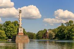 彼得斯堡,俄罗斯- 2017年6月29日:在伟大的池塘的Chesme专栏在凯瑟琳公园 Tsarskoye Selo是状态博物馆 免版税库存照片