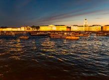 彼得斯堡,俄罗斯- 2017年6月29日:在涅瓦河的有同情心的交通在晚上 免版税库存照片