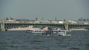 彼得斯堡 船在桥梁的背景航行横跨内娃的 股票录像