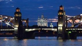 彼得桥梁的对准线的斯莫尔尼宫大教堂巨大,多云6月夜 桥梁okhtinsky彼得斯堡俄国圣徒 股票录像