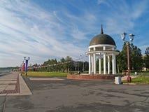 彼得罗扎沃茨克 Petrovsky圆形建筑在奥涅加湖堤防 免版税库存图片