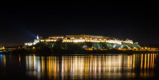 彼得罗瓦拉丁堡垒在晚上 库存图片