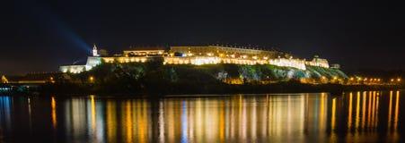 彼得罗瓦拉丁堡垒在晚上 图库摄影