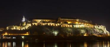 彼得罗瓦拉丁堡垒在诺维萨德在晚上 库存图片