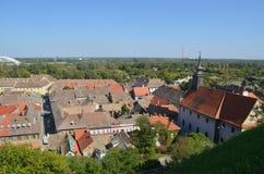 彼得罗瓦拉丁,塞尔维亚老街市  从堡垒的视图 库存照片