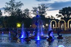 彼得罗巴甫尔,哈萨克斯坦- 2015年7月24日:现代音乐喷泉在城市公园在夏天 免版税库存图片