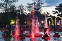 彼得罗巴甫尔,哈萨克斯坦- 2015年7月24日:现代音乐喷泉在城市公园在夏天 库存照片