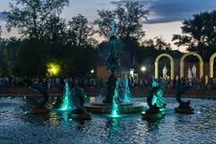 彼得罗巴甫尔,哈萨克斯坦- 2015年7月24日:现代音乐喷泉在城市公园在夏天 免版税库存照片