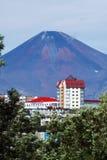 彼得罗巴甫洛斯克Kamchatsky市和Avacha火山夏天视图  库存图片
