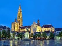 彼得・保罗・鲁本斯大教堂和雕象在安特卫普晚上 免版税库存照片