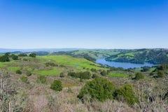 往不可靠的峡谷地方公园和圣巴勃罗水库,康特拉科斯塔县,旧金山湾,加利福尼亚的看法 库存照片