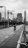 往世界贸易中心一号大楼自由塔的骑马自行车 图库摄影