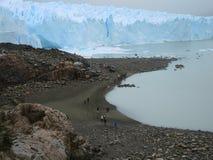 往佩里托莫雷诺冰川的人们。 免版税库存图片