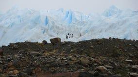 往佩里托莫雷诺冰川的人们。 库存照片