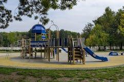 往公园的秋季看法有自然森林和新的露天幼儿园的,普遍的北部公园, Vrabnitsa区 图库摄影