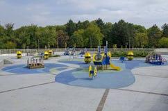 往公园的秋季看法有自然森林和新的露天幼儿园的,普遍的北部公园, Vrabnitsa区 免版税库存照片