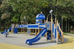 往公园的秋季看法有自然森林和新的露天幼儿园的,普遍的北部公园, Vrabnitsa区 库存照片