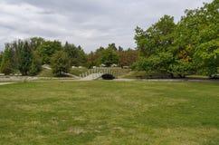 往公园的秋季看法有自然森林和老露天幼儿园的,普遍的北部公园, Vrabnitsa区 免版税图库摄影