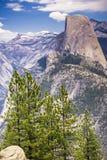 往半圆顶,雪的看法在背景,优胜美地国家公园,加利福尼亚中加盖了山 库存图片