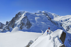 往南针峰的登山人 库存照片