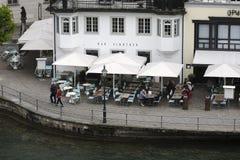 往咖啡馆的鸟瞰图由河 图库摄影