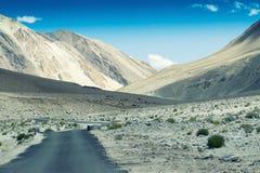 往喜马拉雅山, Leh,拉达克的山的混凝土路 图库摄影