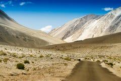 往喜马拉雅山, Leh,拉达克的山的混凝土路 免版税库存照片