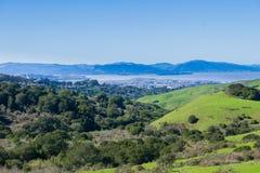 往圣巴勃罗海湾的看法从不可靠的峡谷地方公园,东部旧金山湾,康特拉科斯塔县;的马林县 库存图片