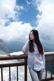 往在玉龙雪山的无忧无虑的中国秀丽神色 库存照片