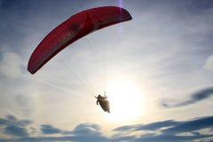 往天空的降伞飞行 免版税库存图片