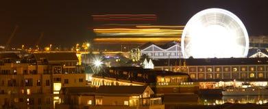 往开普敦港口江边的全景夜shoth 免版税图库摄影