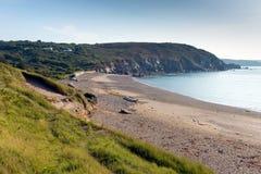 往指南针小海湾Kennack的看法在夏天铺沙康沃尔郡蜥蜴遗产海岸西南英格兰 免版税库存图片