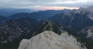 往日出的飞越的山峰 股票录像
