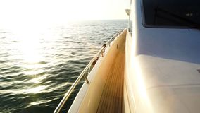 往日落的游艇航行 有被卷扬的风帆和柚木树甲板的帆船甲板 股票 航行游艇小船 库存图片