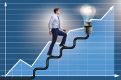 往明亮的电灯泡的人上升的事业梯子 库存图片