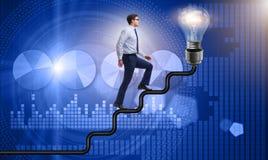 往明亮的电灯泡的人上升的事业梯子 免版税库存图片