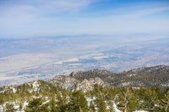 往棕榈泉和Coachella谷的看法从登上圣哈辛托国家公园,加利福尼亚 免版税库存图片