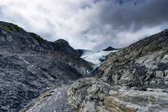 往沃辛顿冰川的更加接近的看法在阿拉斯加美国 免版税库存照片