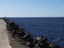 往海的石路废墟 免版税库存图片