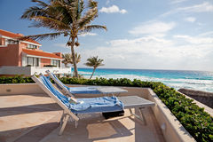 往海洋的二把晒日光浴的椅子 免版税库存图片