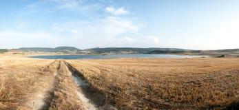 往湖的乡下公路在Navarra,西班牙 免版税库存照片