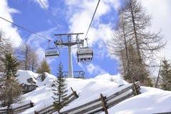 往滑雪的滑雪吊车在阿尔卑斯倾斜 免版税图库摄影