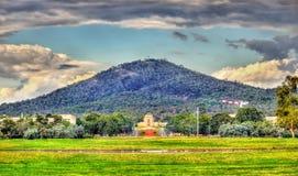 往澳大利亚战争纪念建筑的透视图在堪培拉 免版税库存图片