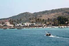 往热带海岛的小船标题 库存图片