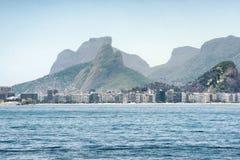 往科帕卡巴纳海滩和多山风景的看法在里约热内卢 免版税库存照片