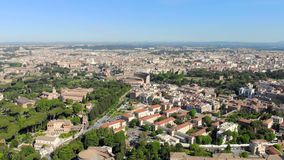 往罗马斗兽场的空中飞行 罗马斗兽场的看法在从高度的罗马 照相机是接近罗马斗兽场 股票录像